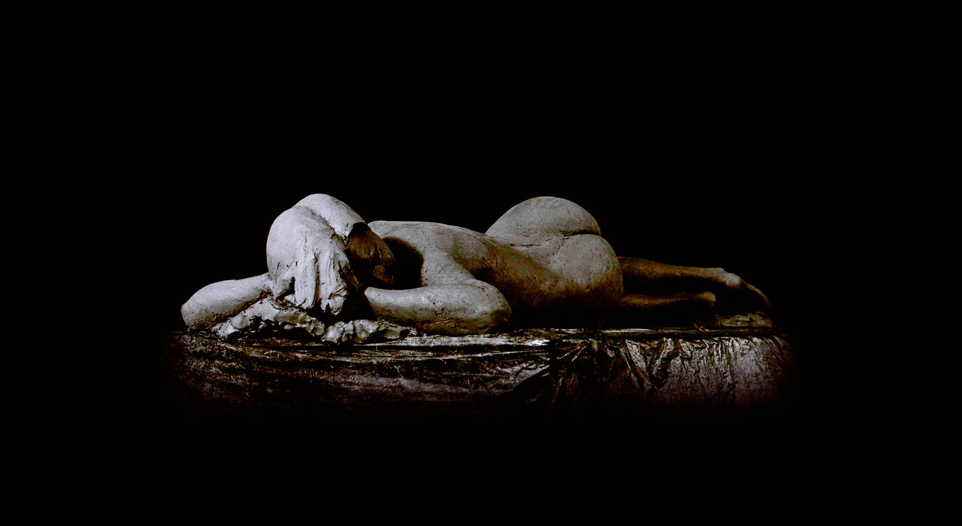 Escultura-Figurativo-realista- Mujer-tumbada-RD.Escultor