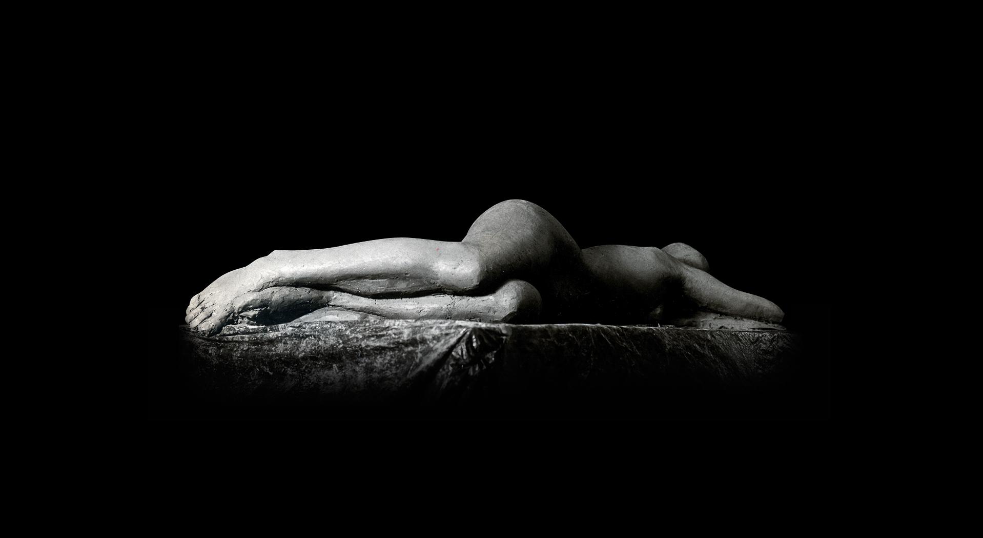 Escultura-Figurativo-realista--Mujer-tumbada-B-RD.Escultor-