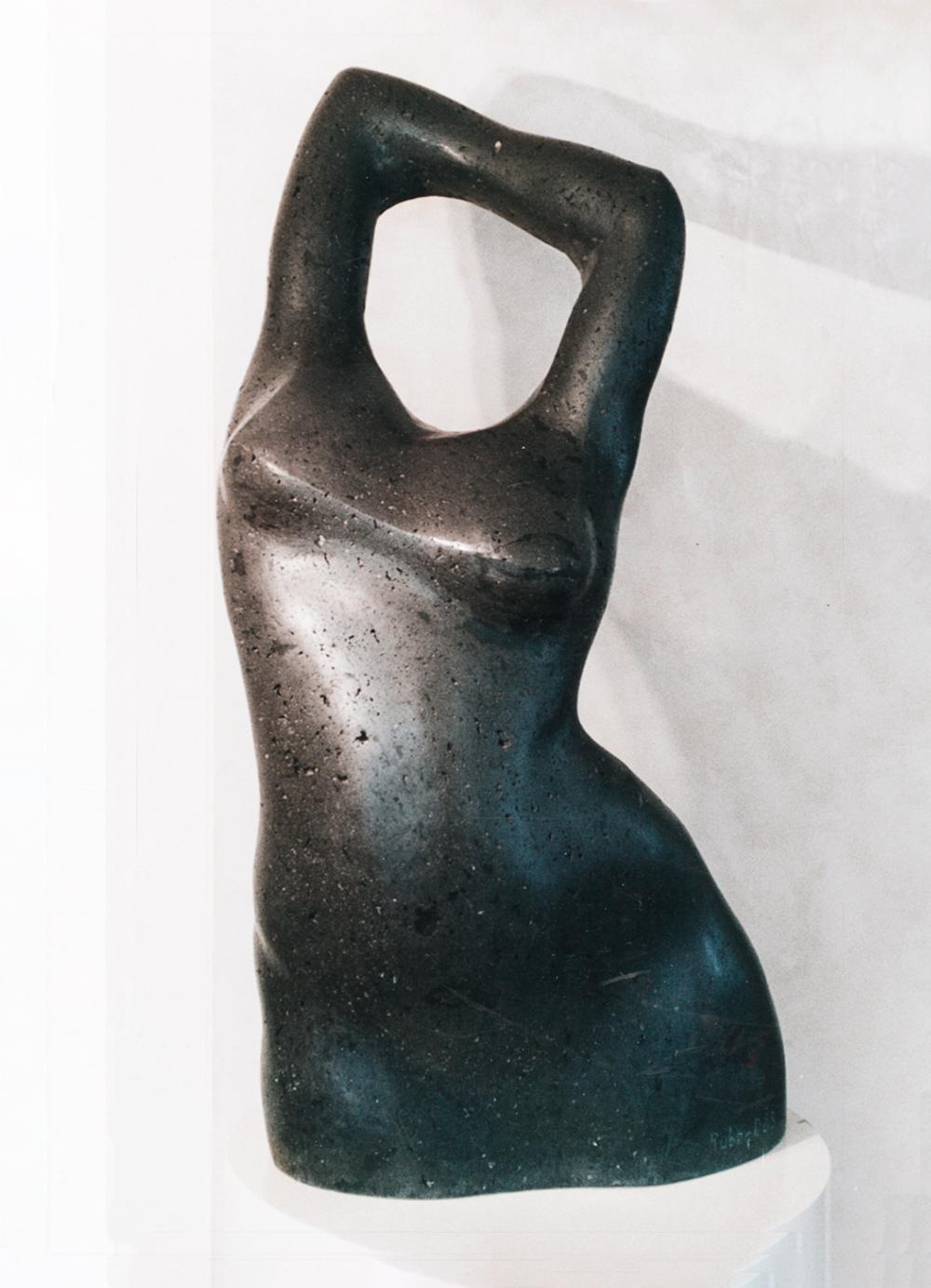 Escultura-Torso-Femenino-Basalto-A-Figurativo-Abstracto-RD.Escultor
